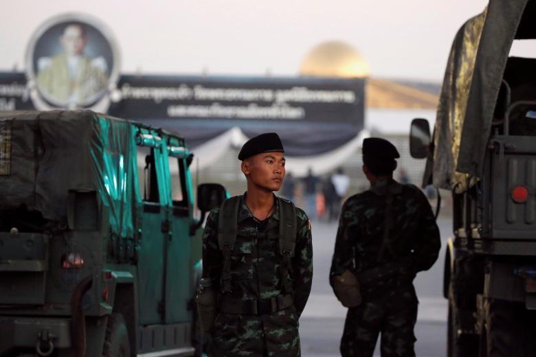 泰国军事人员在泰国北部巴吞拿尼府法身寺外围守/2017年2月16日 路透社Jorge Silva